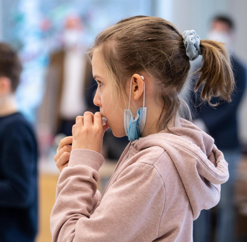 dpatopbilder - 10.03.2021, Bavaria, Munich: Louise (10 years old), a fourth-grader of elementary school, gives a sample of her saliva in a test tube during her self-administered Corona test.  For the Coronavirus Self-Test, which is assessed as a PCR test by the lab, students placed a cotton tube in their mouths for a few seconds, which absorbs saliva during this time.  Bavarian Culture Minister Biaolo (Free Voters) and Bavarian Health Minister Holicek (CSU) are visiting the elementary school to follow up on the implementation of the Corona test strategy.  Photo: Matthias Balk / DPA - Caution: For editorial use only in relation to current reports.  +++ dpa-Bildfunk +++