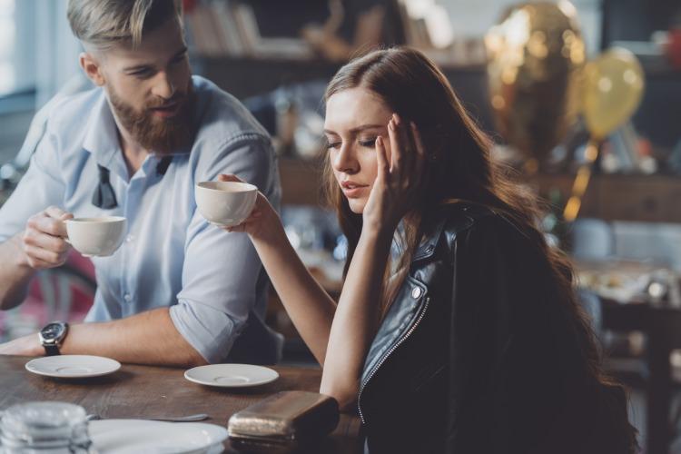 junge frau im kaffee verspürt die wirkung von koffein auf ihre psyche bei schlafmangel oder schlafentzug