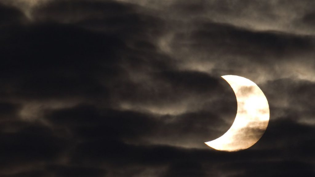 Partial solar eclipse: where you can see the scene better