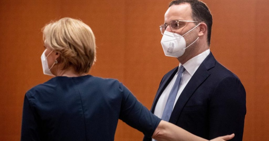 Spahn and SPD argue over 'lousy' masks for the homeless and Hartz IV recipients