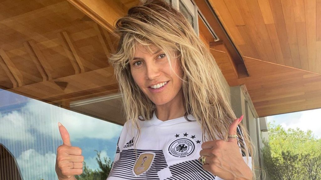 Without a bra: Heidi Klum wishes the Joji boys good luck at the start of the European Championship