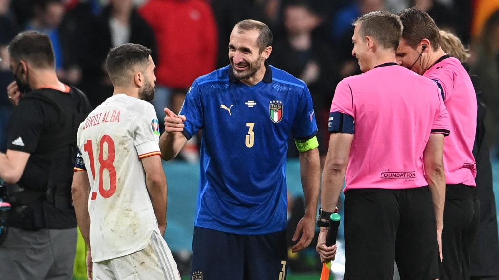 Strange scene before the penalty shootout between Italy and Spain: Giorgio Chiellini flirting with Jordi Alba while tossing a coin