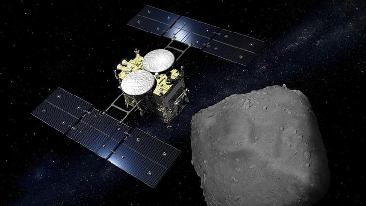 Die Raumsonde Hyabusa-2 kurz vor der Probennahme beim Asteroiden Ryugu (JAXA)