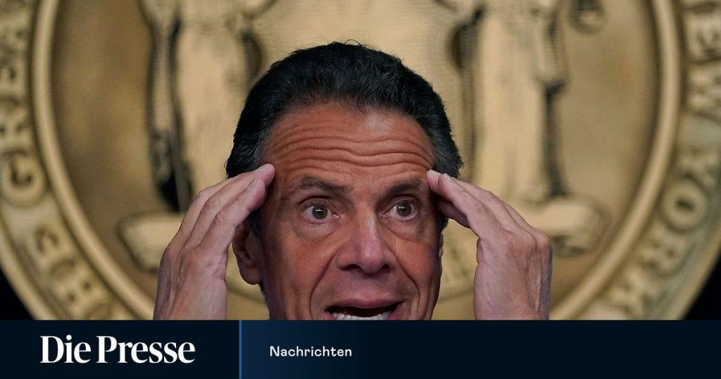 An aide close to New York Governor Cuomo has resigned