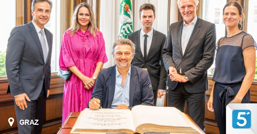 Opera stars sign the Golden Book at Graz City Hall in 5 minutes