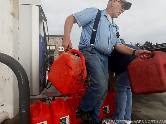 """After """"Ida"""" long queues in front of gas stations in Louisiana - the world -"""
