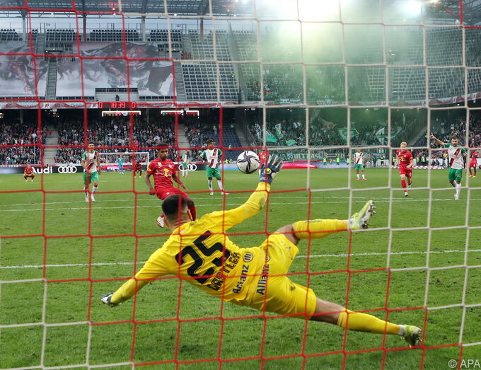 Adeyemi holds goalkeeper Gartler and scores 1-0 from a penalty kick