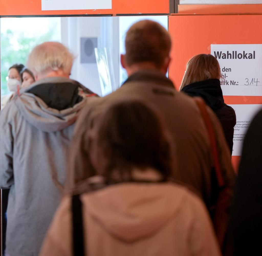 Voters queue in front of the polling station for the federal election and the election of the House of Representatives.  +++ dpa-Bildfunk +++
