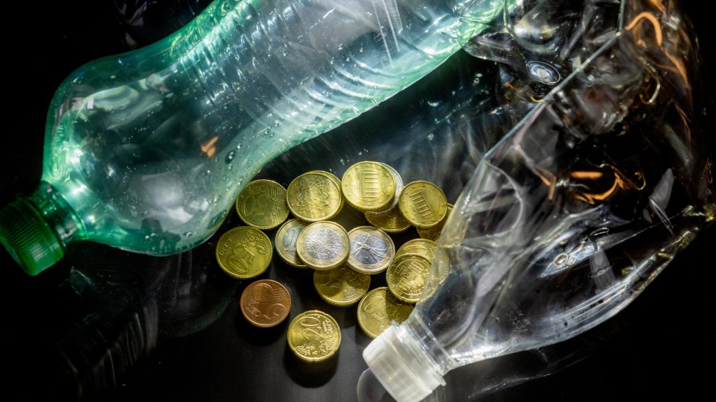 Fixed deposit for plastic bottles and beverage cans